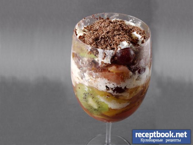 Готовый фруктовый десерт со взбитыми сливками