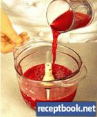 Приготовление фруктового коктейля с вином 2 - взбиваем в блендере с клюквенным соком